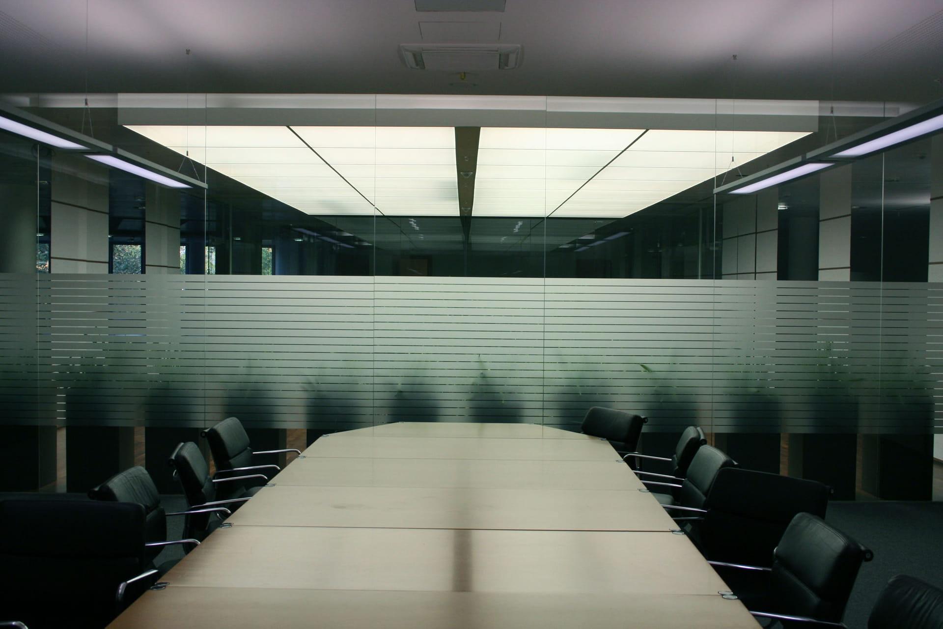 Streifendekor Sichtschutzfolien Beschriftung für Büroräume von anplakt