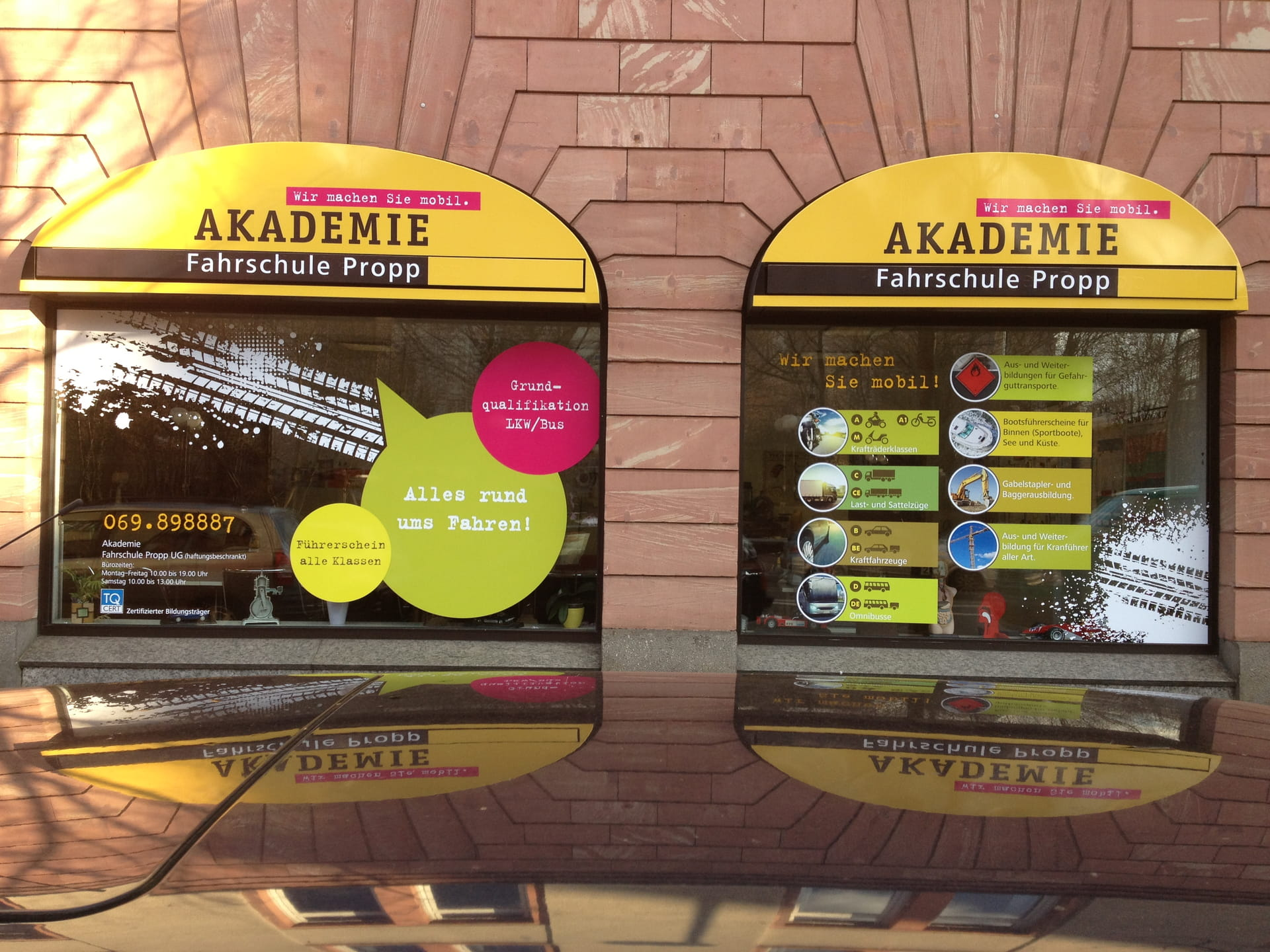 Shop window lettering with foil lettering and foil prints in Frankfurt by anplakt for driving school Propp