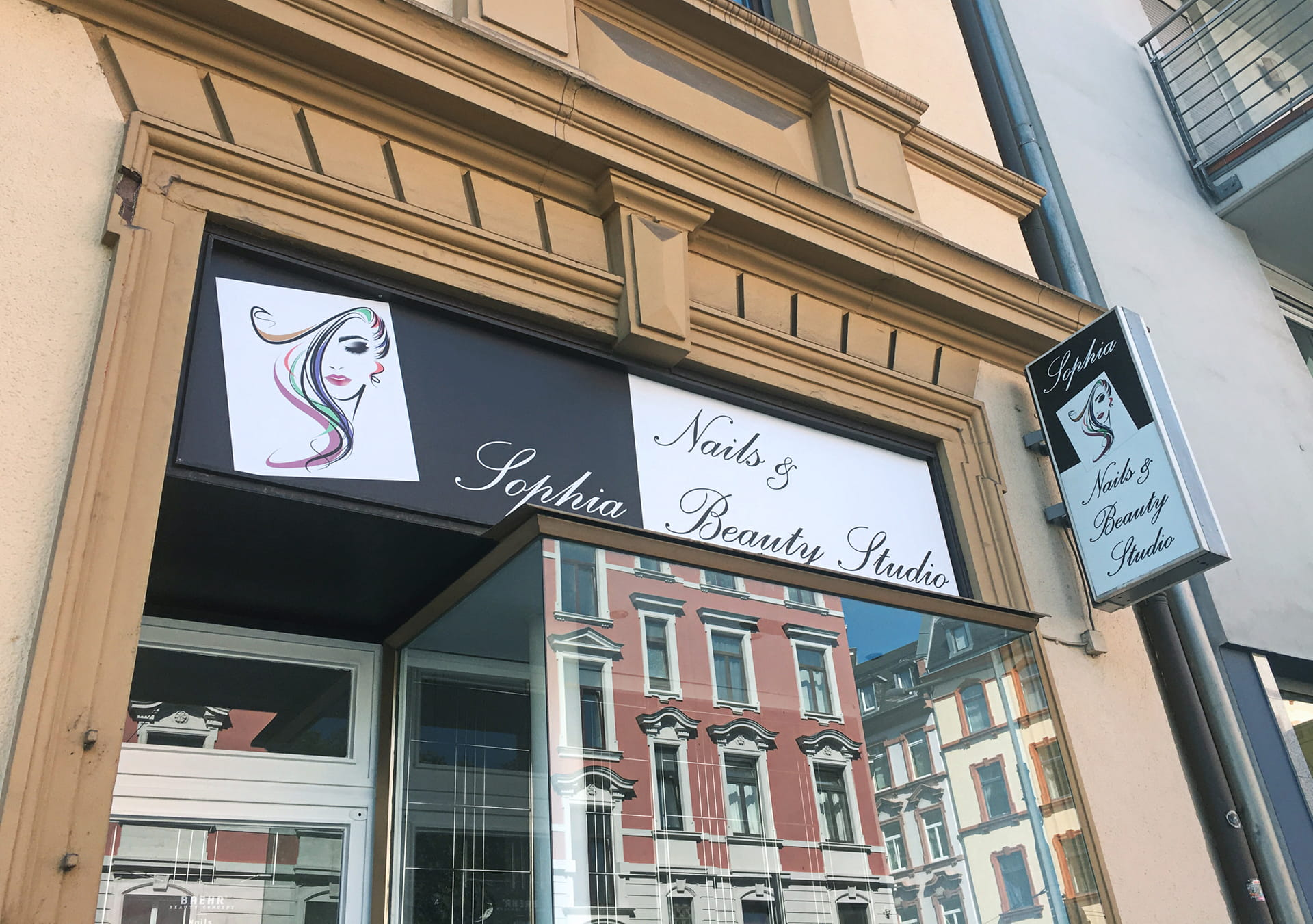Shop signage with company sign and plug-out light box in Frankfurt am Main by anplakt