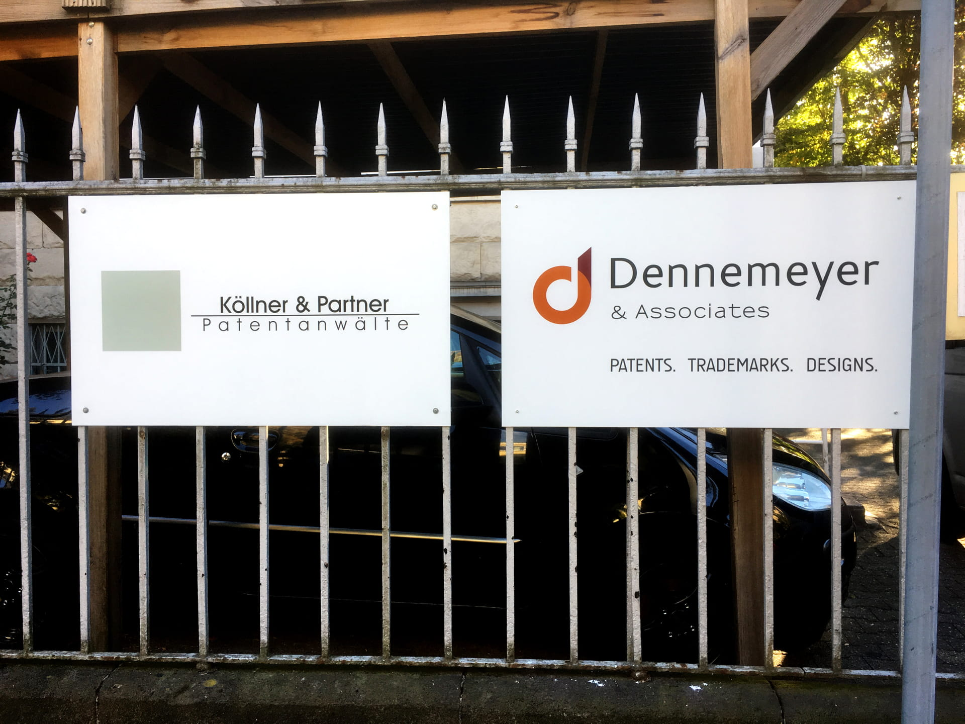 Aluminium composite fence signs with foil lettering in Frankfurt am Main by anplakt